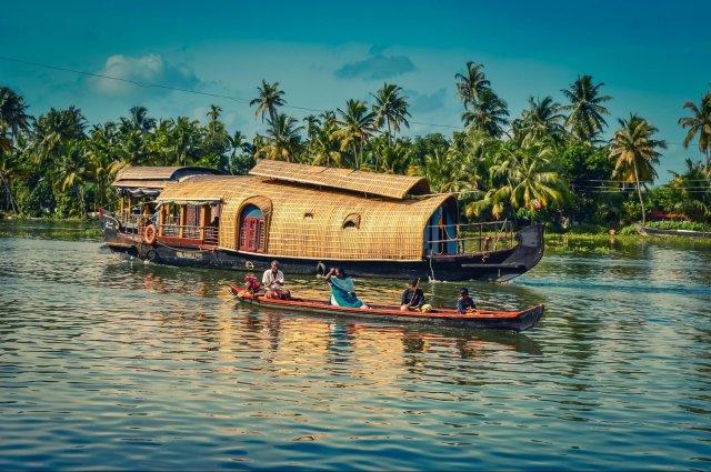 Alleppey-ackwaters-Kerala-e1546501041774.jpg